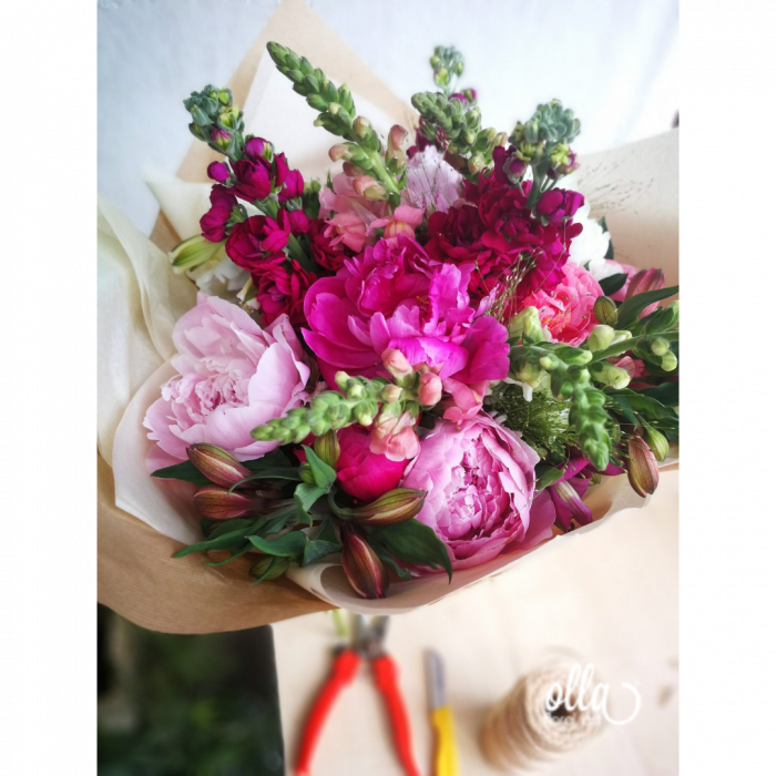 Nebun de Roz, buchet de flori Olla, din bujori roz, matthiola, gura, leului si alstroemeria 1
