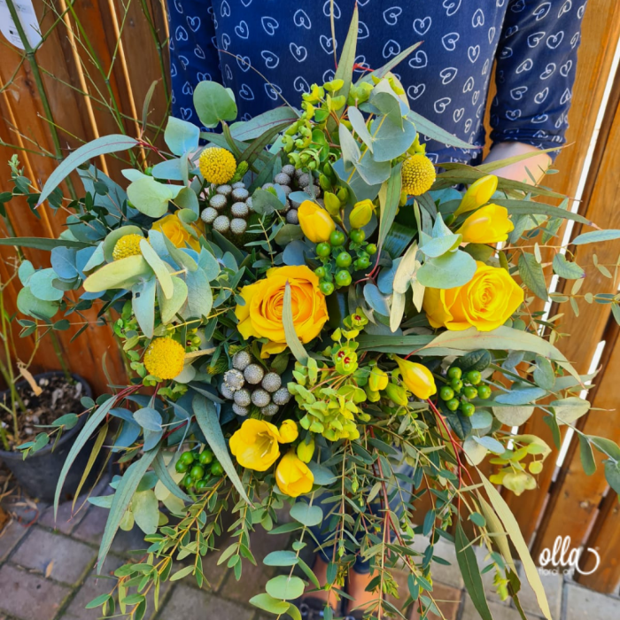 Energie Solara buchet de flori Olla din Frezii galbene si Trandafiri [2]