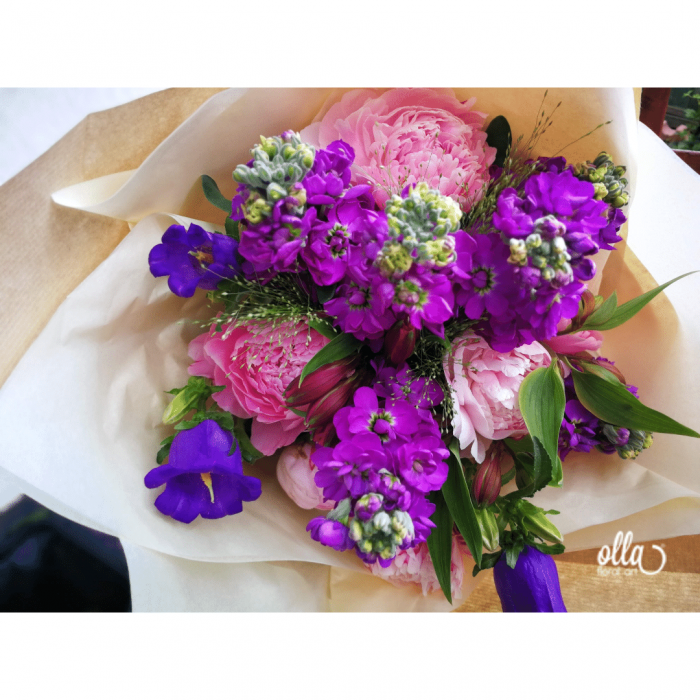 Poveste in Mov, buchet de flori Olla, din Bujori roz, Matthiola mov, Alstroemeria roz si Eustoma mov [1]