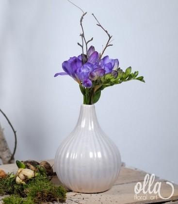 Aranjament primavara cu frezii in vaza ceramica 1