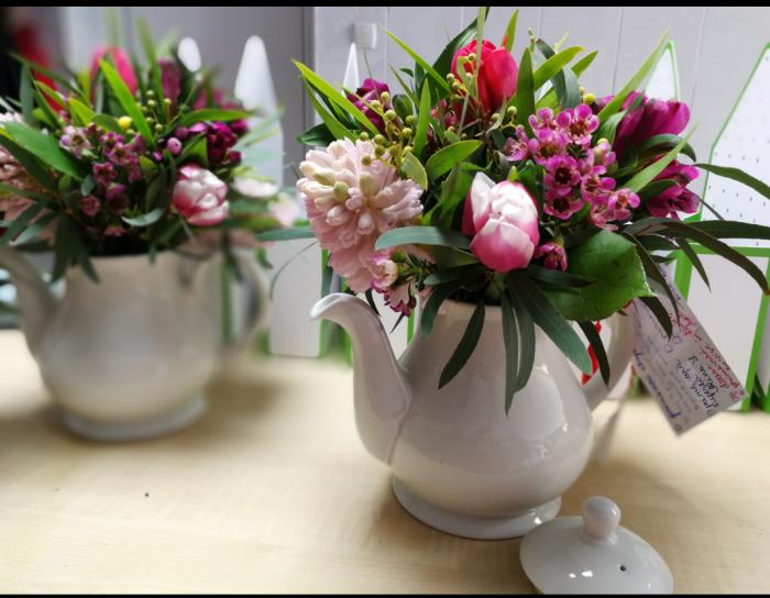 Regina Parfumata, aranjament floral pe suport de ceainic 2
