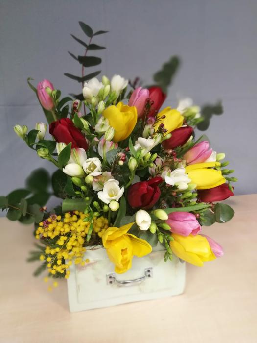 Sertar infloritor vintage aranjament floral de primavara cu lalele, frezii si alstroemeria 0