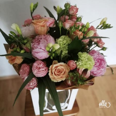 amurg-de-primavara-buchet-de-flori-olla-din-bujori-roz-trandafiri-somon-si-frezii-albe [2]