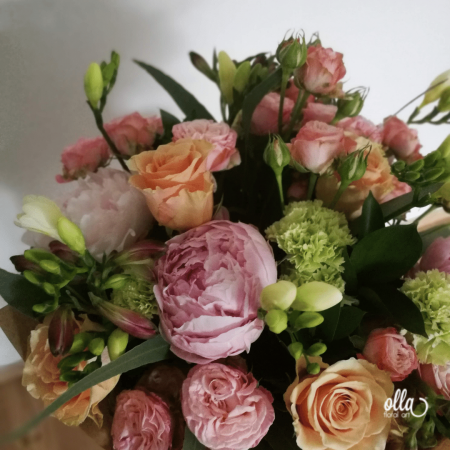 amurg-de-primavara-buchet-de-flori-olla-din-bujori-roz-trandafiri-somon-si-frezii-albe [0]