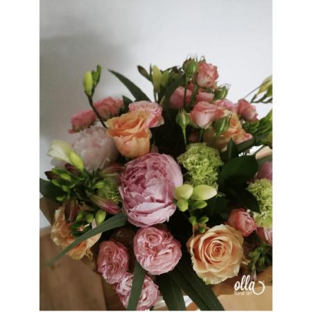 amurg-de-primavara-buchet-de-flori-olla-din-bujori-roz-trandafiri-somon-si-frezii-albe [3]