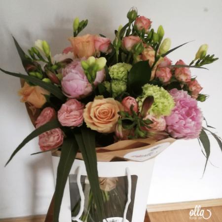 amurg-de-primavara-buchet-de-flori-olla-din-bujori-roz-trandafiri-somon-si-frezii-albe [4]
