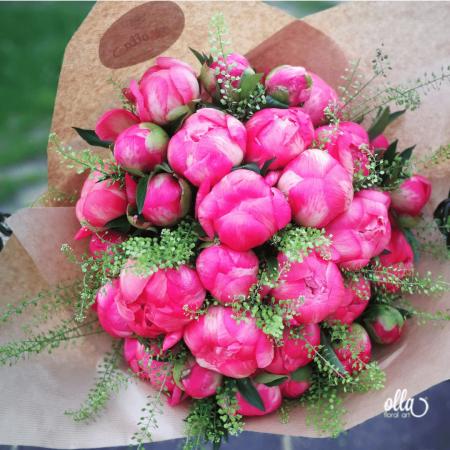 Fericire cat Cuprinde, buchet de flori Olla, din Bujori Corai Coral Charm 31 fire si verdeata [4]