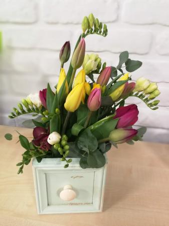 Sertar infloritor vintage aranjament floral de primavara cu lalele si frezii0