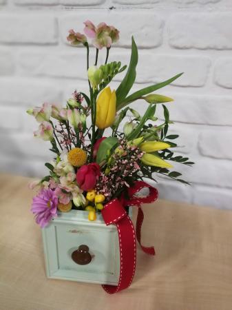 Sertar infloritor vintage aranjament floral de primavara cu lalele si frezii1