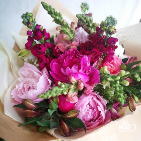 Nebun de Roz, buchet de flori Olla, din bujori roz, matthiola, gura, leului si alstroemeria0