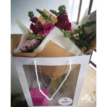 Nebun de Roz, buchet de flori Olla, din bujori roz, matthiola, gura, leului si alstroemeria3