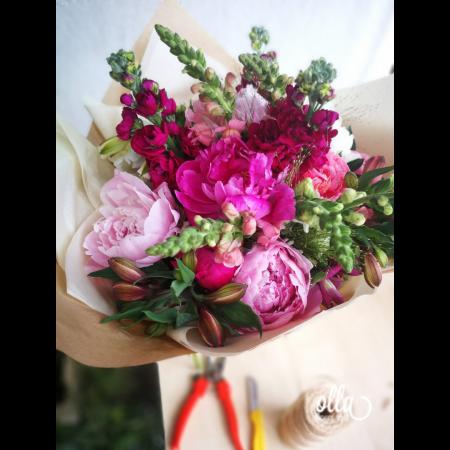 Nebun de Roz, buchet de flori Olla, din bujori roz, matthiola, gura, leului si alstroemeria1