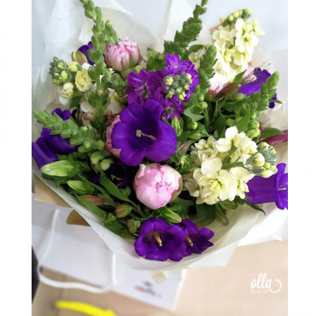 Nuante de Provence, buchet de flori Olla, din Bujori roz, Matthiola mov si crem, Alstroemeria roz, Eustoma mov, Antirrhinum roz [1]