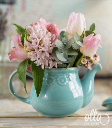 Regina Parfumata, aranjament floral pe suport de ceainic0