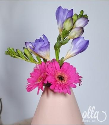 Aranjament floral primavara in vas ceramic1