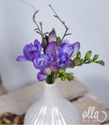 Aranjament primavara cu frezii in vaza ceramica0