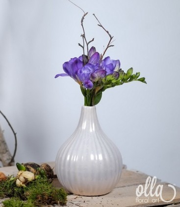 Aranjament primavara cu frezii in vaza ceramica1