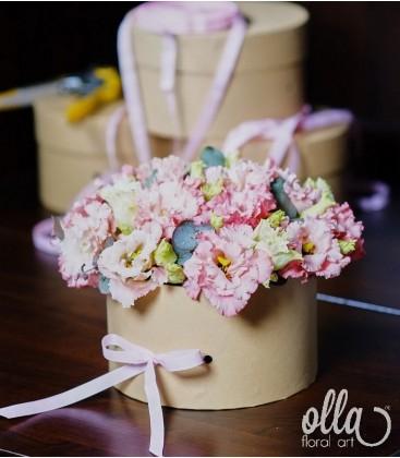 Primavara feminina, aranjament floral in cutie0