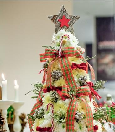 Sculptură florală în formă de brad de Crăciun0