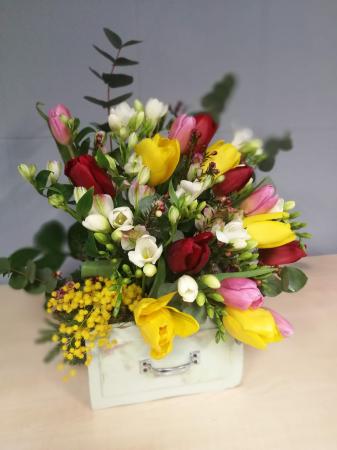 Sertar infloritor vintage aranjament floral de primavara cu lalele, frezii si alstroemeria0