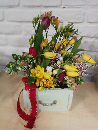 Sertar infloritor vintage aranjament floral de primavara cu lalele, frezii si alstroemeria1