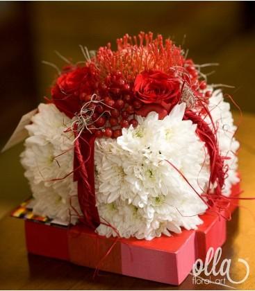 Supriza infloritoare, sculptură florală în formă de cadou0