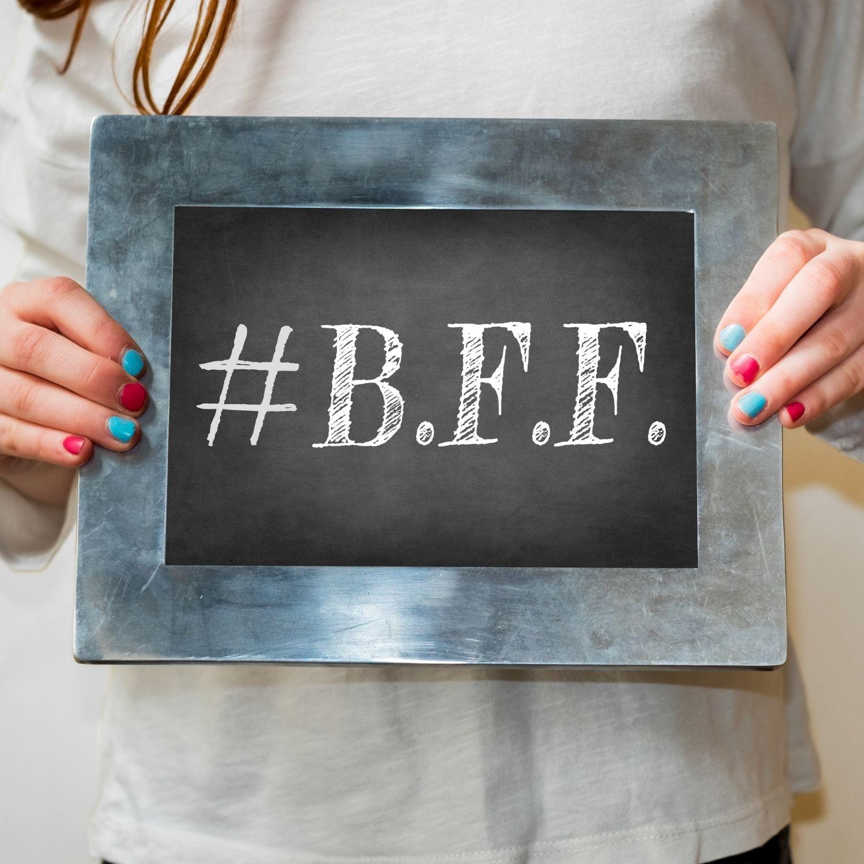 Cadouri pentru prieteni: Bratari BFF si felicitari cu cele mai frumoase citate despre prietenie