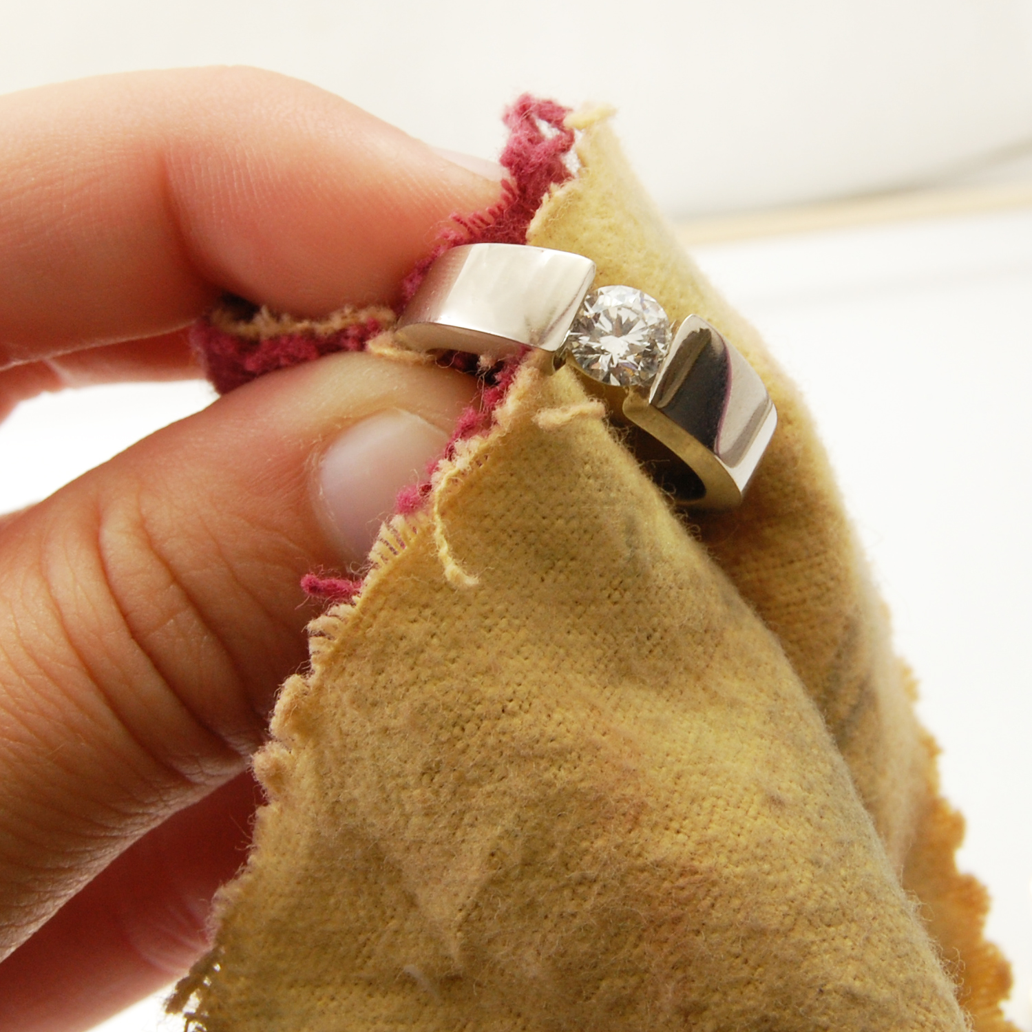 Cu ce se curata aurul? Afla ponturi utile despre cum se curata bijuteriile din aur