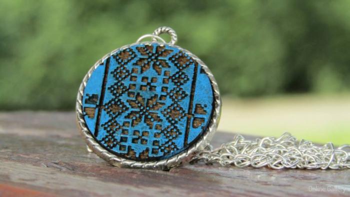 Pandantiv Albastru Din Lemn Cu Motive Traditionale