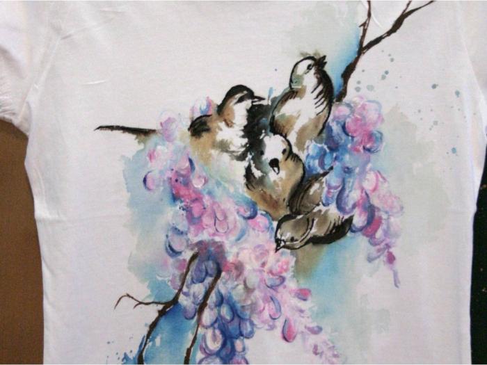 Tricou pictat cu flori şi păsări
