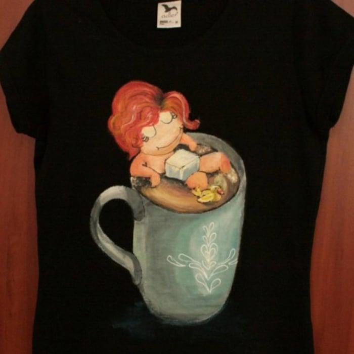 Tricou pictat fetița din ceașcă 0