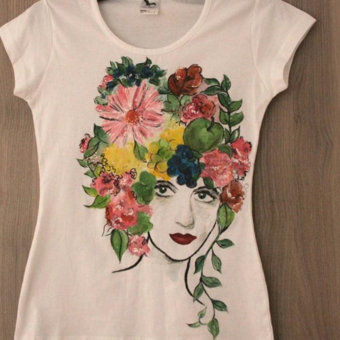 Tricou pictat figură cu flori in cap