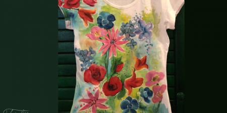 Tricou pictat cu flori multicolore