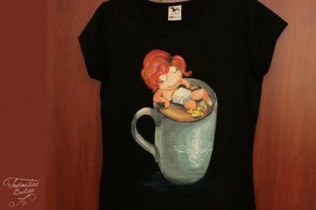 Tricou pictat fetița din ceașcă