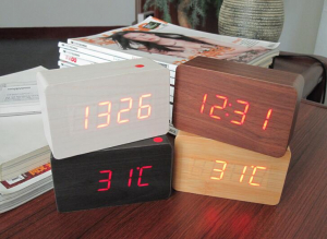 Ceas din lemn cu termometru, alarma, baterii / priza, cifre albastre, alb [1]