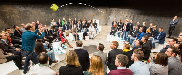 Microfon wireless CatchBox Plus, pentru conferinte de 1000 persoane, culoare verde [5]