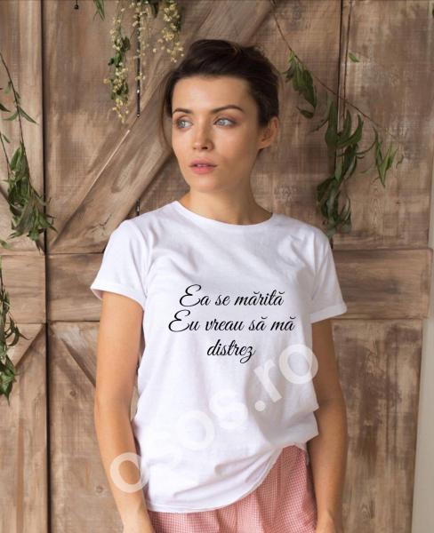 Tricou damă personalizat - Ea se mărită, eu mă distrez [0]
