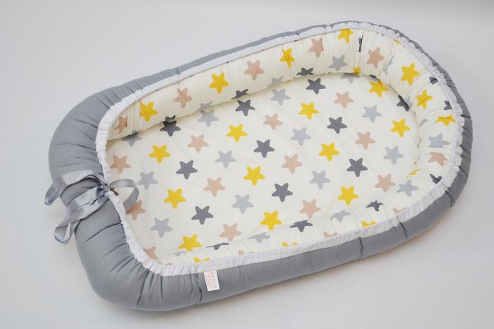 Baby Nest 0-6 luni: gri cu stele galben, gri, cappucino + protecție 0