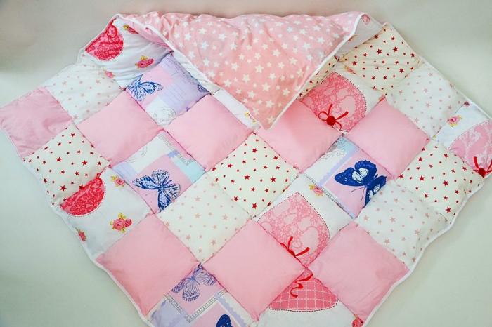 Păturică tip patchwork pentru locul de joacă model roz cu fluturi 0