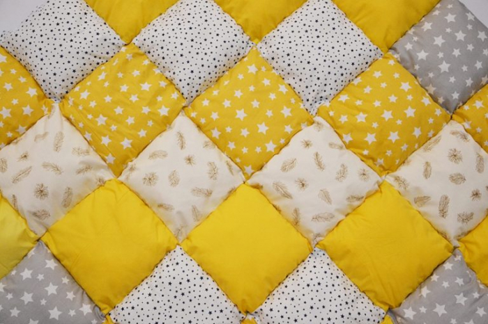 Păturică tip patchwork pentru locul de joacă galben cu stelute si pene 0