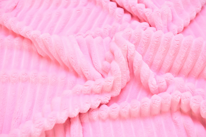 Paturica model zana pe alb si plus minky roz pudra cu dungi 1