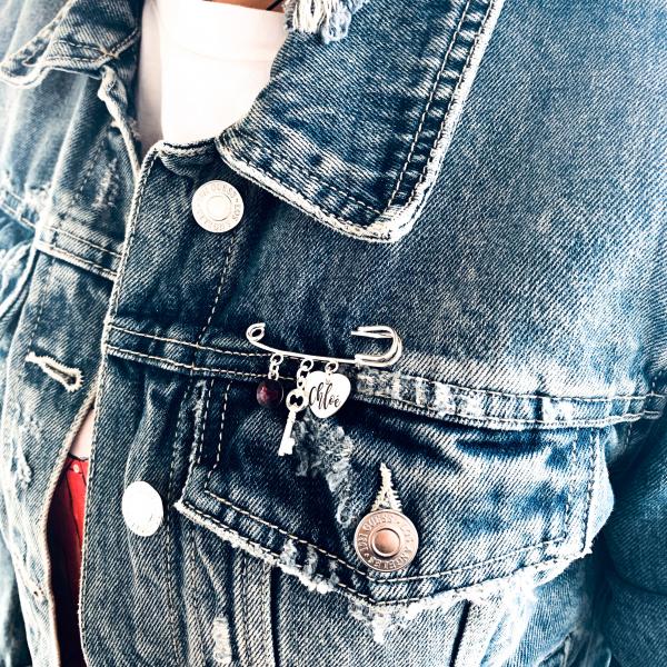 Brosa personalizata cu pandantiv argint, cristal Swarovski si charm Heart & Key 1