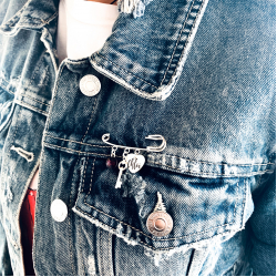 Brosa personalizata cu pandantiv argint, cristal Swarovski si charm Heart & Key1