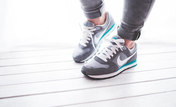 10 exerciții pentru a rămâne în formă în timp ce faceți curățenie în casă