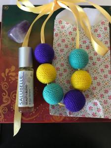 Colier bile de lemn galben-indigo ajustabil Colors pentru uleiuri esentiale sau parfum