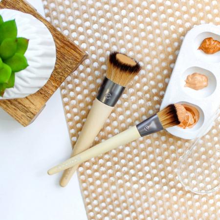 Set de 2 pensule profesionale ECOTOOLS Custom Match Duo, cu tavita pentru blending si curatare4