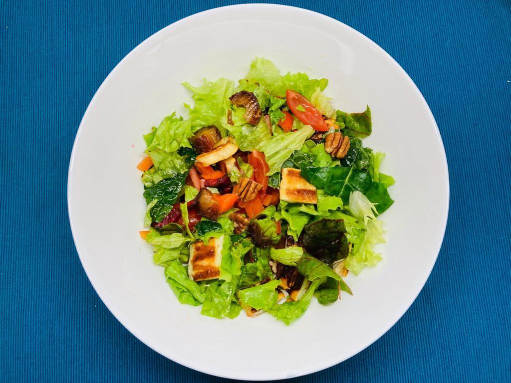 Salata cu halloumi, nuci pecan si curmale