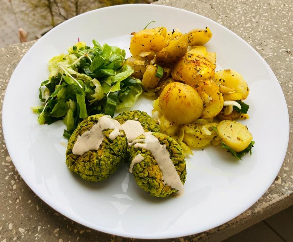 Cartofi noi, falafel si maioneza de tahini