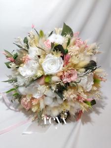 Buchet din flori uscate si 7 trandafiri