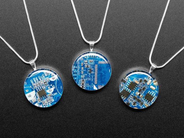 Colier argintat cu pandantiv placa de circuit albastra [1]